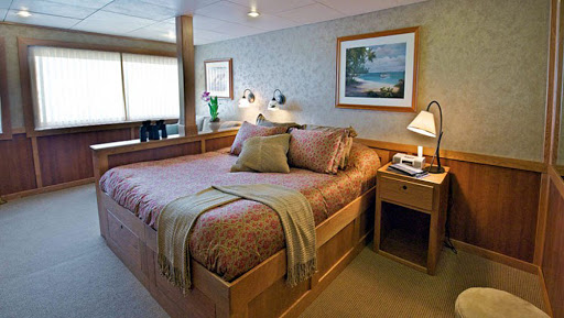 safari-explorer-admiral-stateroom.jpg - King bed in an Admiral Stateroom on Safari Explorer.