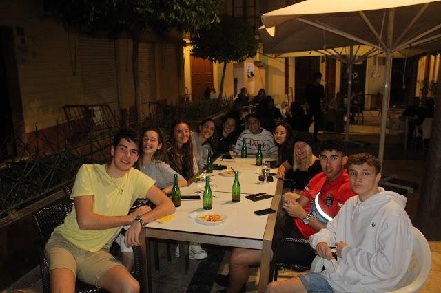La Plaza Urrutia con el Candil encuentro joven en la noche almeriense.