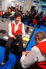 Photo: Hilfsbereiter René beim Schuh anpassen