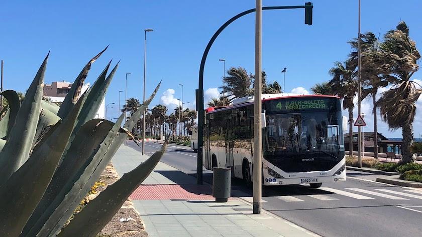 Autobús recorriendo el barrio de Nueva Almería