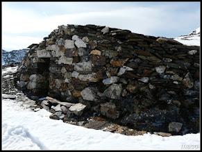 Photo: Pequeña cabaña, muy cercana a la collada de Meners, que pertenecia a las minas de hierro que habia en la zona, que ahora se rehabilitado como refugio libre