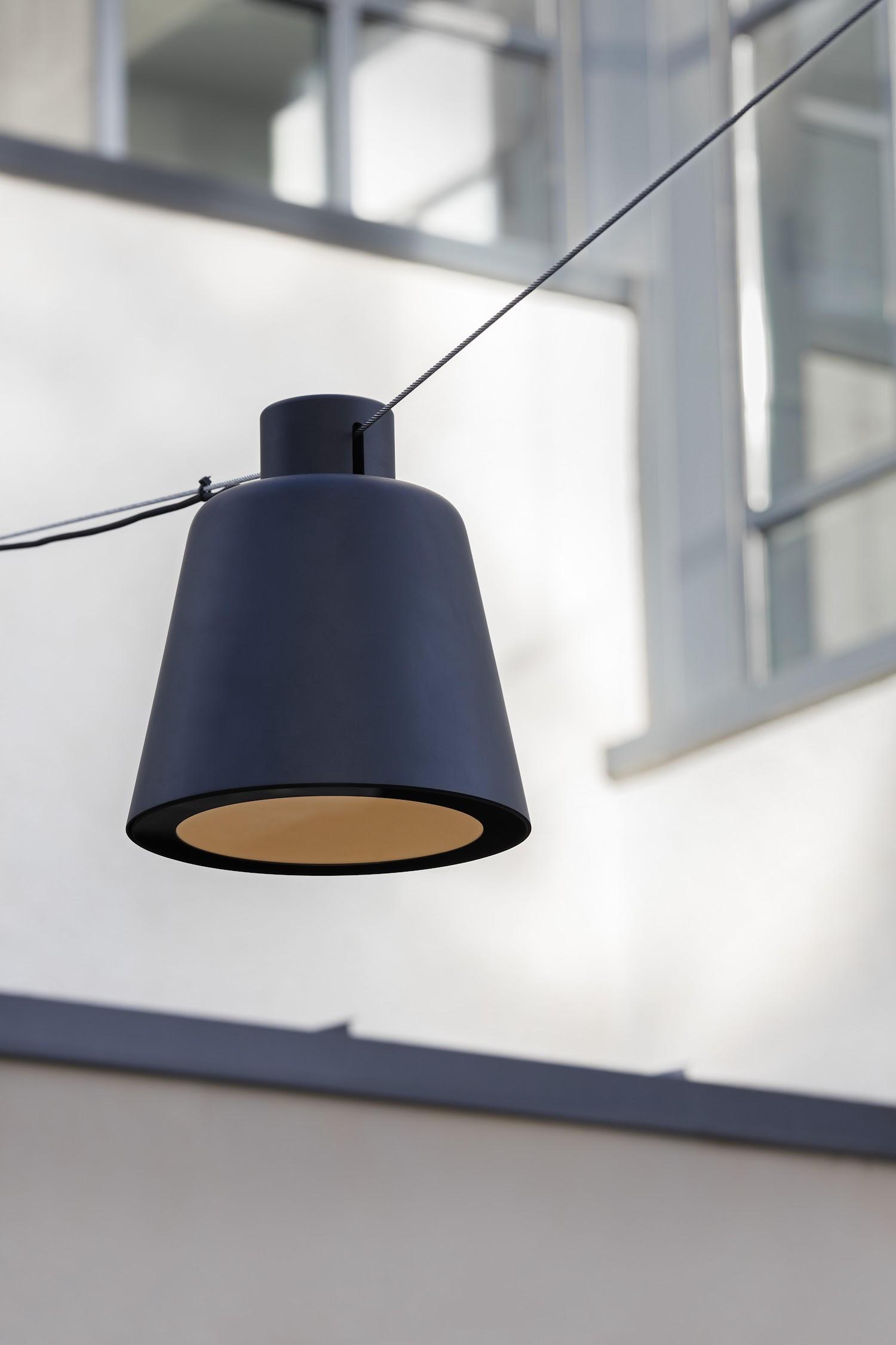 De Tumbler Catenary verlichtingsarmatuur voor hangende opstellingen in de publieke ruimte uit de collcetie van Urbidermis by Santa & Cole naar een ontwerp van Industrial Facility