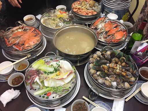 海鮮很鮮甜 底下的湯保留所有海鮮的鮮甜,超級好喝、另外加點肉品也非常軟嫩但店內位置太小桌子很擠