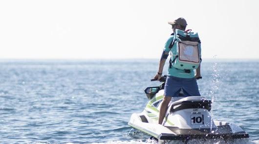 Deliveroo llegará a barcos ubicados en las playas a través de motos de agua