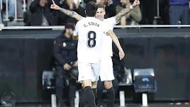 Celebración de Carlos Soler con Santi Mina.