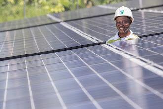 Photo: Carlos Arroyo, operario del sistema solar de Punta Solado, recorre los paneles fotovoltaicos; Buenaventura; Foto: Hanz Rippe Gabriel
