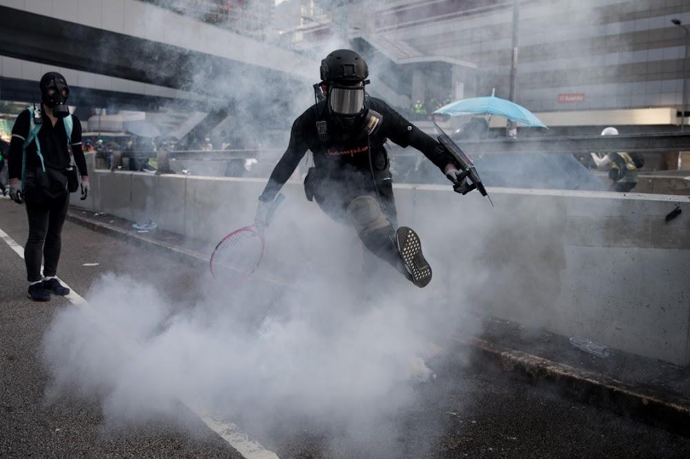 Die polisie in Hongkong skiet betogers in bors tydens botsings
