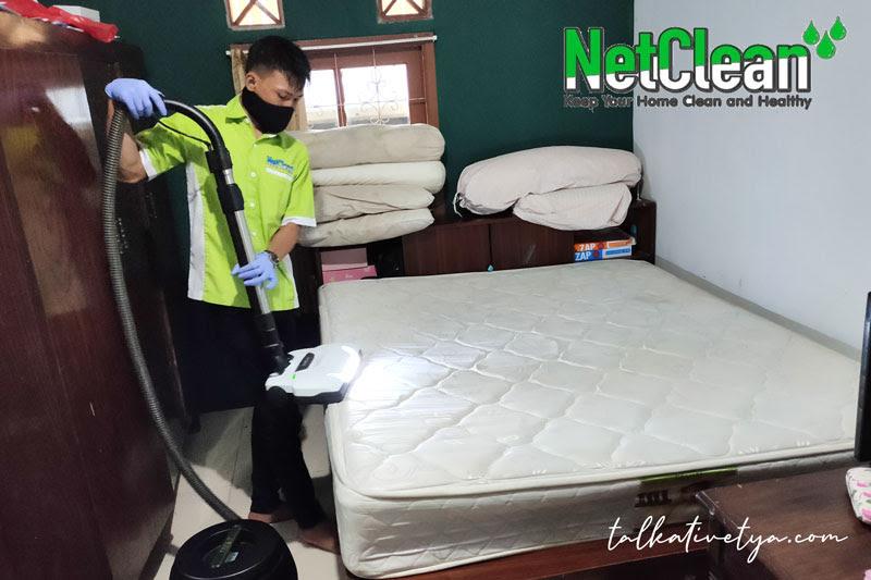 tim netclean yang sigap saat membersihkan kasur