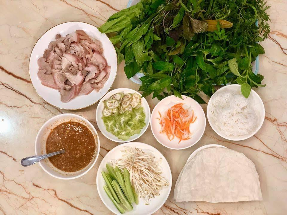 3 bí quyết làm nên món bánh tráng Trảng Bàng cuốn thịt luộc rau rừng