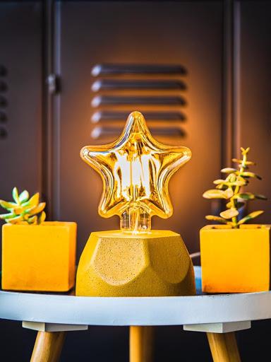 lampe design en béton coloré jaune moutarde et ampoule étoire
