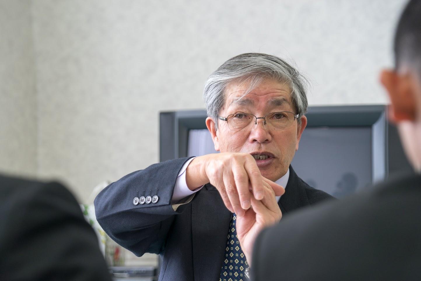 黒千石きな粉の製法について語る高田理事長