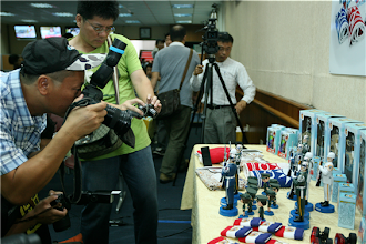 Photo: 國防部15日推出新製作的三軍儀隊公仔等7項文宣品,精美的設計,吸引記者們爭相搶拍。(軍聞社記者周力行攝)