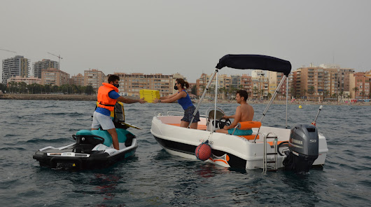 Crean un servicio de entrega de comida a barcos en moto de agua