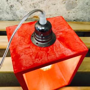 lampe à poser en béton de couleur rouge avec détail industriel