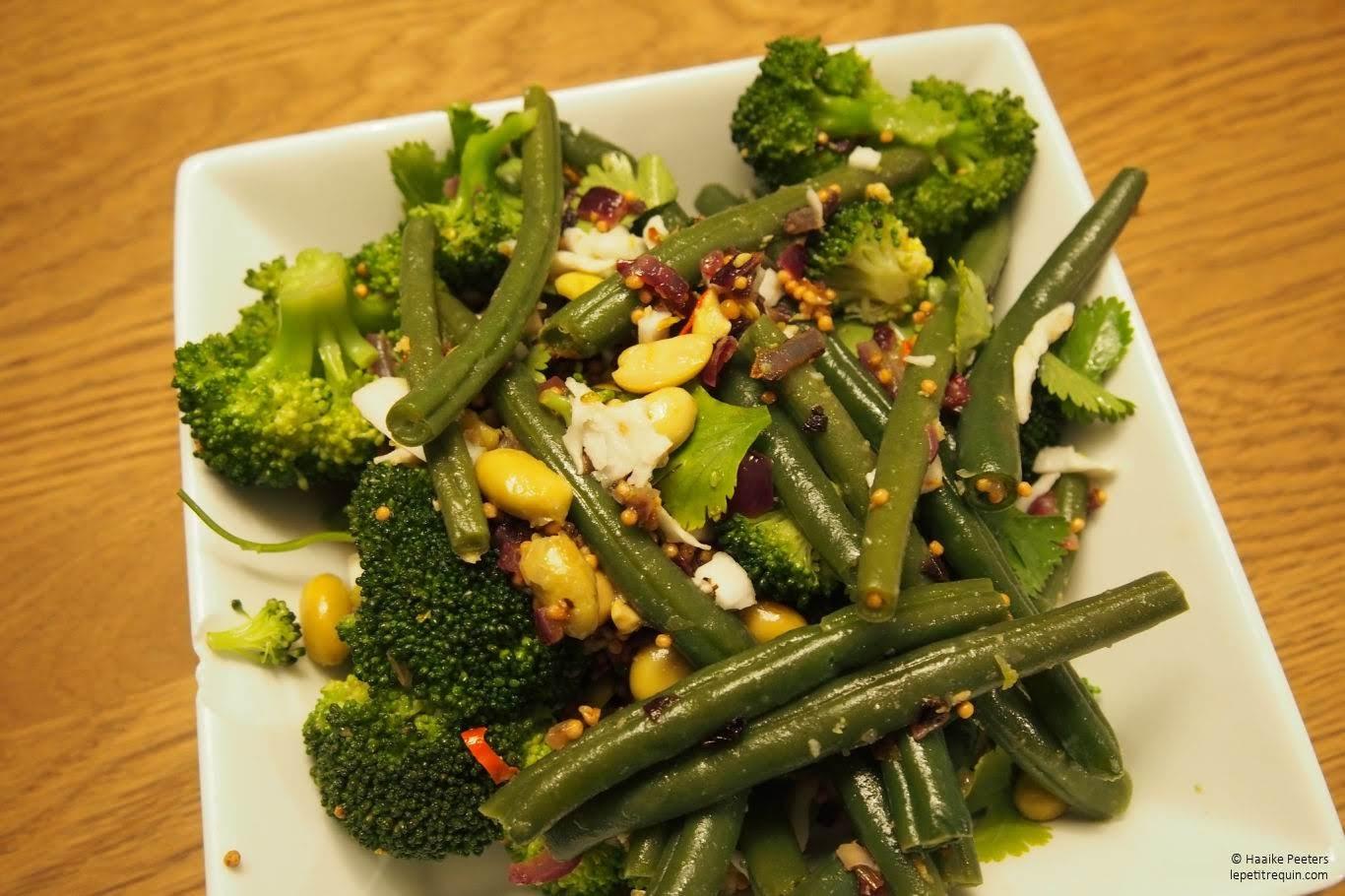 Salade met broccoli, boontjes, edamamebonen en kokos (Le petit requin)
