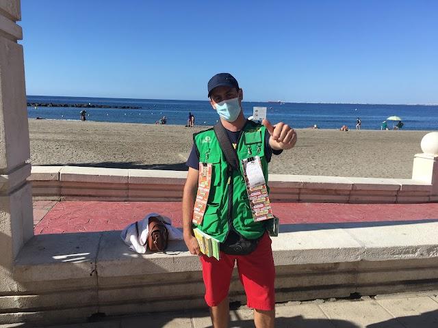 El vendedor de la ONCE José Manuel Hernández esta mañana en el Paseo Marítimo.