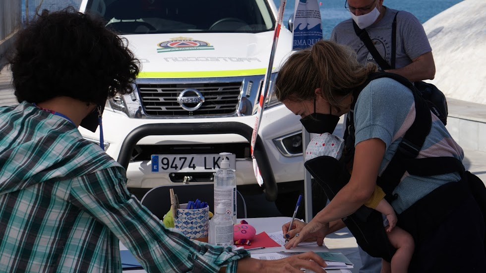 Una almeriense con su bebé aportando su firma