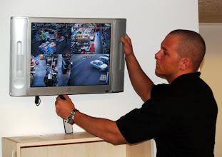 Photo: Kasper monterer videskærm