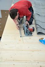 Photo: 08-11-2012 © ervanofoto Ten behoeve van de isolatie wordt een gleuf gezaagd in het dak, juist boven de boog van de muur.
