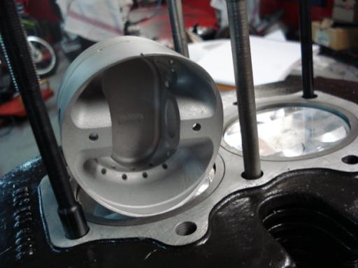 Piston forgé d'un moteur Triumph  Rickmann monté par machines et Moteurs dans un cadre Norton Featherbed