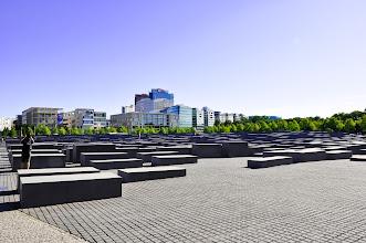 Photo: Židovský památník holocaustu (německy Denkmal für die ermordeten Juden Europas) je jednou z nejnovějších památek v Berlíně, která zároveň ukazuje na pohnuté německé dějiny. Ondra v Berlíně natáčel v rámci studijního tematického školního zájezdu (úterý 28. červen 2011).