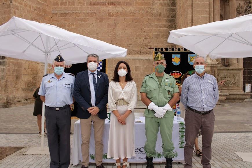 El delegado de Salud y el general jefe de la Legión con la presidenta de la AECC en el Día Contra el Cáncer.