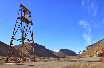 Photo: Premier pas à Longyearbyen, la plus grosse ville de l'archipel, pour récuperer nos autorisations et nos armes !
