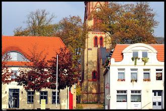 Photo: Die Neugotische Stiftskirche - der Ev. Kirchgemeinde Warin wurde nach Plänen des Baurates Krüger mit dem hochaufstrebenden Turm in vierjähriger Bauzeit (1874-1878), hinter dem Rathaus errichtet.  … und in der Kirche gibt es einen Altar von Gaston Lenthe (http://thv.de/buch/gaston-lenthe) und eine Orgel von Friedrich (III) Friese (http://thv.de/.../friese-norddeutsche-orgeln-fünf...)