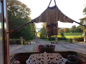Photo: Som vanligt hängde det lite stickade prytlar och plagg lite varstans i omgivningarna.