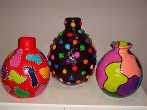 Photo: Vazen van GIPSVERBAND. Afgewerkt met klei en latex verf/lak. Geschikt voor mooie kunstbloemen.