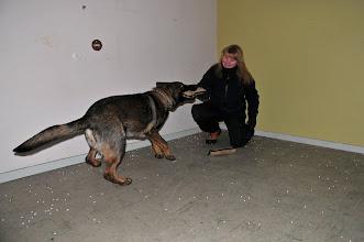 Photo: Kahn leker med figurant May-Camilla