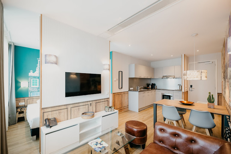 Bright living space at Naritaweg Serviced Apartment, Westerpark