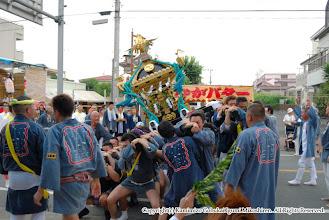 Photo: 【平成20年(2008) 本宮】  元町地区。囃子連本部桟敷に先を向けて神輿もみ。