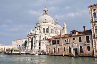 Photo: Kostel Santa Maria della Salute – nejimpozantnější barokní stavba Benátek u ústí Canalu Grande.