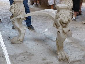 Photo: It.s3S230-141007Pompéï, site archéo, 'Domus di Casca Longus', trépied marbre, atrium  P1000301