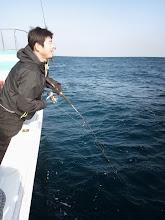 """Photo: シブい状況の中、""""タケダさん""""フィーッシュ! 水面で魚の姿が見えて、ネットを水面に投入した時に!フックが外れて逃げた! ・・・掛かり方が薄かったのか?船頭のネットインのタイミングが悪かったのか? 魚は間違いなくヒラスでした! スイマセンでした。"""