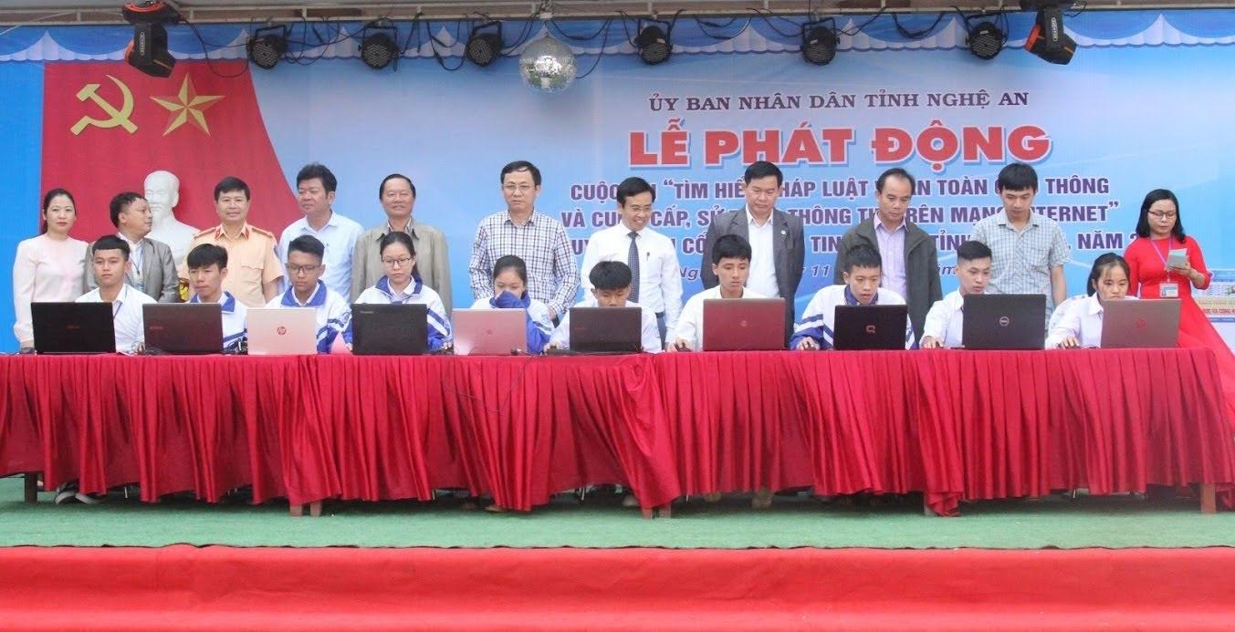 Các đại biểu chứng kiến 10 học sinh đầu tiên tham gia Cuộc thi tại buổi Lễ Phát động