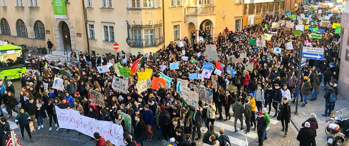 Massendemo mit Plakaten und Transparenten «The Earth is hotter than my Ex», «There is no Planet B», «fridays for future» …
