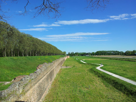 Lungo le mura di Ferrara di joysphoto