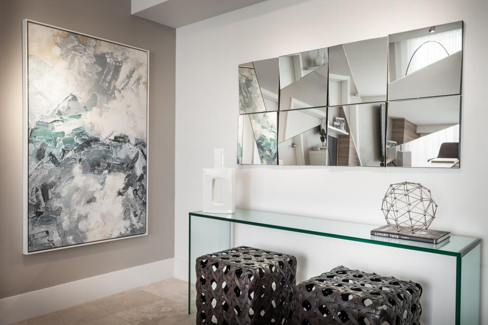 Cermin dekoratif sebagai elemen dekorasi foyer rumah - source: hgtv.com