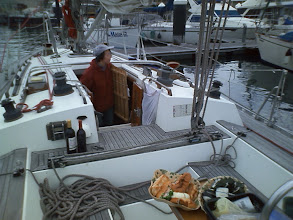 Photo: 深浦に入って桟橋でランチの用意