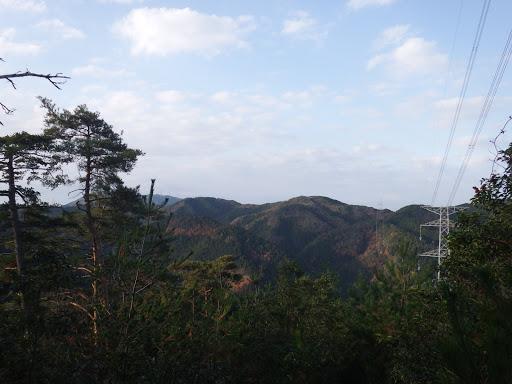 左に鷲峰山