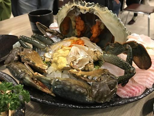 這個四人份最後變成六人吃,實在太厲害了。宛如外星生物的菲律賓大沙母,蛋多到和淋巴腫瘤一樣佈滿;大螯肉真的有甜,不愧是要預訂的厲害店。拜託!今天週二也滿耶!