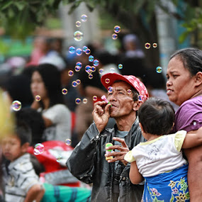 Happy Family by Haryo Suryo - People Street & Candids ( bubble, family, street, candid, kid,  )