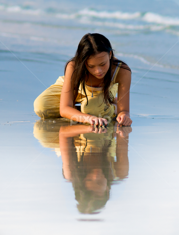 Reflection, Doc Let  by Benjamin Arthur - People Street & Candids ( doc let, sand, reflection, play, benjaminarthur.com, vietnam, beach, south east asia, playing, girl, contemplation, contemplative, asia, southeast asia )