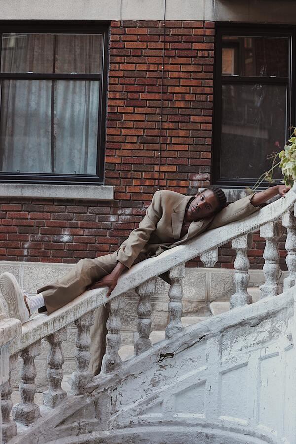 foto de um homem apoiado no corredor de uma escada