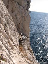 Photo: Subrepticement au dessus des flots