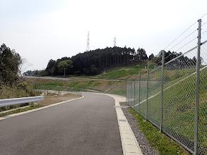 施設横の新しい道を進む