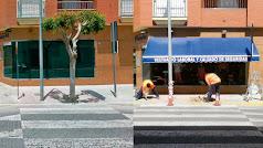 El paso de peatones y antes y después de quitar el árbol y la señal.