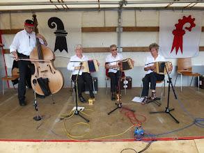 Photo: Die Kapelle Kleeblatt mit Verstärkung unterhielten die Besucher musikalisch zwischhen dem Gottedienst und Stubetebeginn am Vormittag